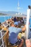 La gente su una piccola nave Fotografia Stock
