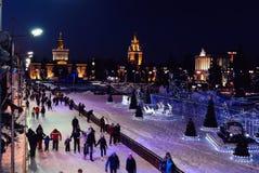 La gente su una pista di pattinaggio pubblica a Mosca Immagini Stock
