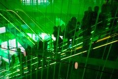 La gente su una scala mobile che va su Fotografie Stock