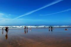 La gente su una spiaggia Fotografie Stock Libere da Diritti