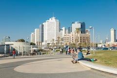 La gente su una spiaggia passeggia a Tel Aviv, Israele Fotografia Stock Libera da Diritti