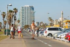 La gente su una spiaggia passeggia a Tel Aviv, Israele Immagini Stock Libere da Diritti