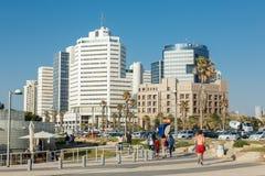 La gente su una spiaggia passeggia a Tel Aviv, Israele Immagine Stock