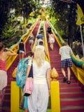 La gente sube para arriba las escaleras rojas para arriba en Tailandia Turismo fotografía de archivo