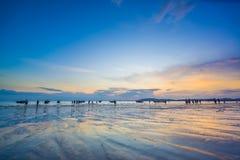 La gente sul Ao Nang tira al tramonto in Krabi Immagini Stock Libere da Diritti