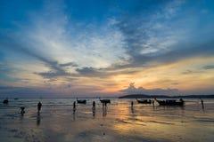 La gente sul Ao Nang tira al tramonto in Krabi Immagine Stock