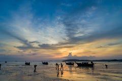La gente sul Ao Nang tira al tramonto in Krabi Fotografia Stock Libera da Diritti