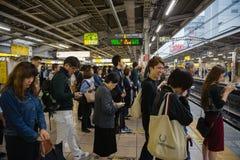 La gente sul binario che aspetta il treno di JUNIOR a Tokyo fotografia stock