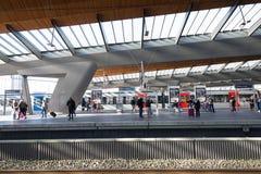 La gente sul binario della stazione dell'arena di Bijlmer Fotografia Stock Libera da Diritti