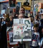 La gente sul ` immortale del reggimento del ` di azione in memoria dei parenti che sono morto nella guerra immagini stock libere da diritti