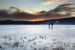 La gente sul lago congelato Immagine Stock