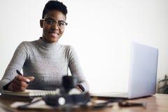 La gente sul lavoro che lavora nello spazio coworking moderno facendo uso del wifi Fotografia Stock Libera da Diritti