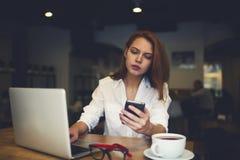 La gente sul lavoro mentre progettando viaggio di affari facendo uso del computer portatile Fotografie Stock