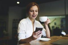 La gente sul lavoro si è collegata ad Internet senza fili libero nella zona di wifi Fotografia Stock