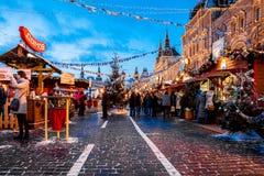 La gente sul mercato di Natale sul quadrato rosso, decorato Immagini Stock