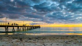 La gente sul molo della spiaggia di Glenelg Fotografia Stock