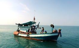 La gente sul peschereccio in Kep, Cambogia immagine stock