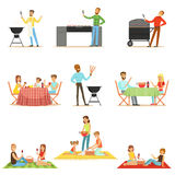 La gente sul picnic del BBQ all'aperto che mangia e che cucina carne arrostita sulla raccolta elettrica della griglia del barbecu Fotografie Stock Libere da Diritti