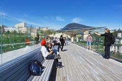La gente sul ponte in ascesa Fotografia Stock Libera da Diritti