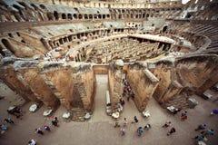 La gente sul primo cerchio dell'arena in Colosseo fotografie stock