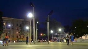 La gente sul quadrato nel timelapse della città di notte archivi video