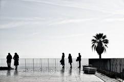 La gente sul terrazzo a Lisbona Fotografie Stock Libere da Diritti
