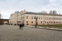 La gente sul territorio del Cremlino di Novgorod Fotografie Stock Libere da Diritti