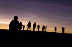 La gente sul tetto che esamina tramonto Fotografia Stock Libera da Diritti