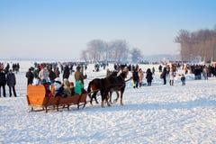 La gente sulla celebrazione il giorno di inverno Fotografie Stock Libere da Diritti