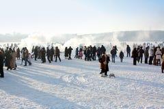 La gente sulla celebrazione il giorno di inverno Fotografia Stock Libera da Diritti