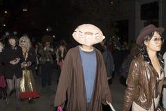 La gente sulla parata di Halloween Fotografie Stock Libere da Diritti