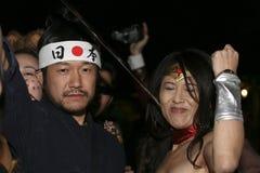 La gente sulla parata di Halloween Immagini Stock Libere da Diritti