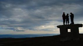 La gente sulla parte superiore della collina Fotografie Stock