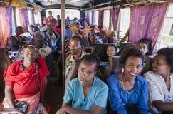 La gente sulla partenza aspettante del bus Bus nel permesso dell'Etiopia Fotografia Stock