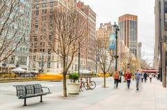 La gente sulla pavimentazione lungo Park Avenue nel Midtown Manhattan durante le feste di Natale Immagine Stock