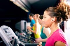 La gente sulla pedana mobile nel funzionamento di ginnastica Immagini Stock