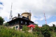 La gente sulla più vecchia allerta di pietra ceca si eleva - torre dell'allerta di Josefs al supporto Klet nella foresta di Blans Fotografia Stock
