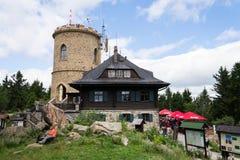 La gente sulla più vecchia allerta di pietra ceca si eleva - torre dell'allerta di Josefs al supporto Klet nella foresta di Blans Immagini Stock Libere da Diritti