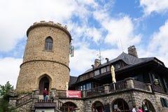 La gente sulla più vecchia allerta di pietra ceca si eleva - torre dell'allerta di Josefs al supporto Klet nella foresta di Blans Immagine Stock Libera da Diritti