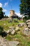 La gente sulla più vecchia allerta di pietra ceca si eleva - torre dell'allerta di Josefs al supporto Klet nella foresta di Blans Fotografie Stock