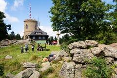 La gente sulla più vecchia allerta di pietra ceca si eleva - torre dell'allerta di Josefs al supporto Klet nella foresta di Blans Fotografia Stock Libera da Diritti