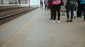 La gente sulla piattaforma della ferrovia Stazione ferroviaria a Praga, repubblica Ceca video d archivio