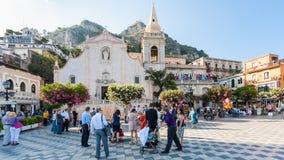La gente sulla piazza IX Aprile vicino alla chiesa in Taormina Fotografia Stock