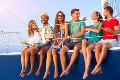 La gente sulla risata dell'yacht fotografia stock libera da diritti