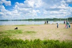 La gente sulla riva di Danubio Immagini Stock Libere da Diritti