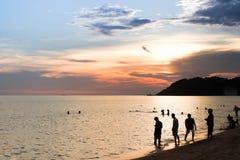 La gente sulla riva di mare Fotografie Stock Libere da Diritti