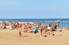 La gente sulla spiaggia Fotografie Stock Libere da Diritti