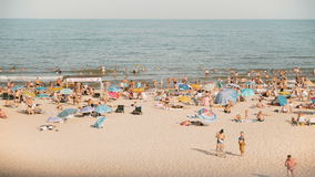 La gente sulla spiaggia stock footage