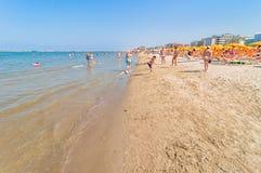 La gente sulla spiaggia in Cervia, Italia Fotografia Stock Libera da Diritti