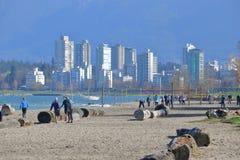 La gente sulla spiaggia di Kitsilano e su Vancouver del centro immagini stock libere da diritti